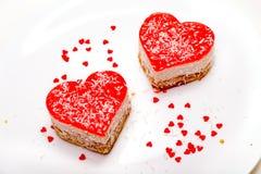 Zwei heart-shaped Kuchen auf der Platte Lizenzfreies Stockfoto