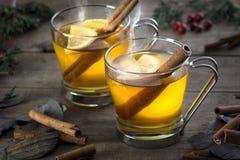 Zwei heißer Toddy Cocktail Drinks mit Zimt und Lemmon Stockbild