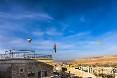 Zwei Heißluftballone, die über Cappadicia fliegen stockfoto