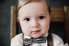Zwei heiratende Babys - der Junge, der als Bräutigam, kleiner Herr gekleidet wurde, kleidete in der Fliege an stockfoto