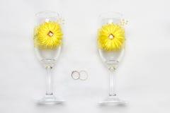 Zwei Heiratsglas und Ringe Lizenzfreie Stockfotografie