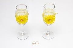 Zwei Heiratsglas und Ringe Stockbild