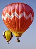 Zwei hell farbige Heißluft-Ballone Stockfoto