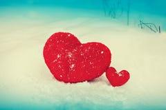 Zwei Herzen auf dem Schnee Stockbild