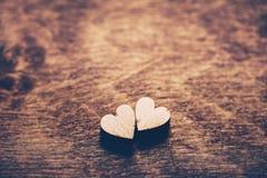 Zwei Herzen auf einem hölzernen Hintergrund Lizenzfreies Stockbild
