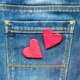 Zwei Herzen auf einem Hintergrund einer Jeanstaschennahaufnahme valentines Stockbilder