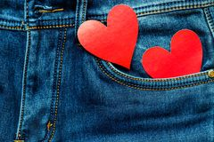 Zwei Herzen auf einem Hintergrund einer Jeanstaschennahaufnahme valentines Stockfotografie