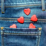 Zwei Herzen auf einem Hintergrund einer Jeanstaschennahaufnahme valentines Lizenzfreie Stockfotografie