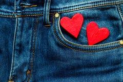 Zwei Herzen auf einem Hintergrund einer Jeanstaschennahaufnahme valentines Stockfotos