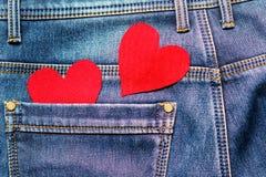 Zwei Herzen auf einem Hintergrund einer Jeanstaschennahaufnahme valentines Lizenzfreies Stockfoto