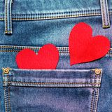Zwei Herzen auf einem Hintergrund einer Jeanstaschennahaufnahme valentines Stockfoto