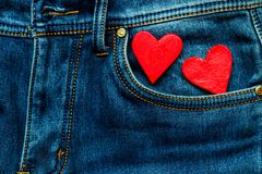Zwei Herzen auf einem Hintergrund einer Jeanstaschennahaufnahme valentines Lizenzfreies Stockbild