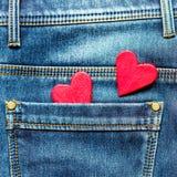 Zwei Herzen auf einem Hintergrund einer Jeanstaschennahaufnahme valentines Stockbild