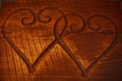 Zwei Herzen auf einem Holztisch Stockfotos