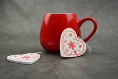 Zwei Herzen auf grauem Hintergrund Rote Herzen als Liebessymbol Stockbild