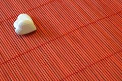 Zwei Herzen auf roter Bambusdiagonale stockbild