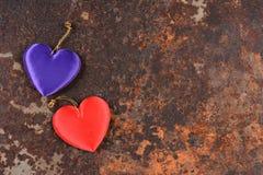 Zwei Herzen auf Rusty Metal Background Lizenzfreies Stockbild