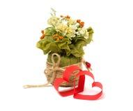 Zwei Herzen des roten Papiers und des Blumenstraußes der Blumen Stockfoto