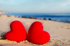 Zwei Herzen durch den Ozean Stockbilder