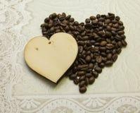 Zwei Herzen gemacht vom Holz und von den Kaffeebohnen gemacht Lizenzfreies Stockfoto