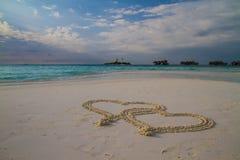 Zwei Herzen gezeichnet in den Sand am tropischen Strand lizenzfreies stockfoto