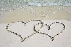 Zwei Herzen im Sandstrand Lizenzfreies Stockfoto