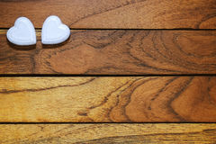 Zwei Herzen mit hölzernem Hintergrund stockfotografie