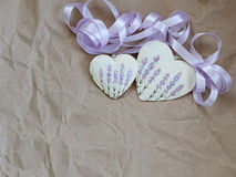Zwei Herzen mit Lavendelbild und purpurrotem Band auf dem Hintergrund des alten Papiers Weichzeichnung, Hintergrundmodus Stockfoto