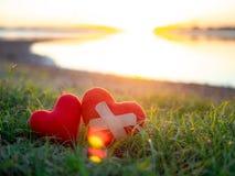 Zwei Herzen neben dem See auf senset Himmelhintergrund Paare, Liebe, Valentine Concept lizenzfreie stockfotografie