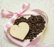Zwei Herzen und ein hölzerner Kaffee mit einem rosa Band Lizenzfreies Stockbild