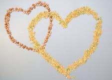 Zwei Herzen von Erbsen und von Bohnen Lizenzfreie Stockfotografie