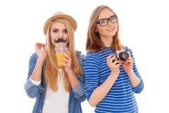 Zwei Hippie-Mädchen lokalisiert auf weißem Hintergrund stockbild