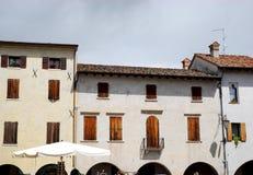 Zwei historische Häuser in Portobuffolè in der Provinz von Treviso im Venetien (Italien) Stockbild