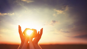 Zwei Hände auf sunsut Stockfotografie