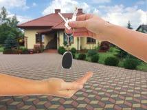 Zwei Hände und ein Schlüssel Lizenzfreie Stockbilder