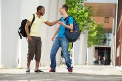 Zwei Hochschulstudenten lizenzfreie stockfotos