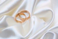 Zwei Hochzeitsringe lizenzfreie stockbilder