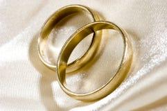 Zwei Hochzeitsringe stockfotos