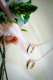 Zwei Hochzeitsringe auf einem Farbband Stockfotos