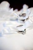 Zwei Hochzeitsringe auf einem Kissen Stockbild