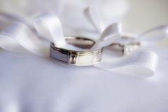 Zwei Hochzeitsringe mit Bogen des Farbbands Lizenzfreies Stockbild