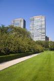 Zwei hohe Gebäude und ein Park Stockfotos