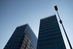 Zwei hohe Handelsgebäude lizenzfreie stockbilder
