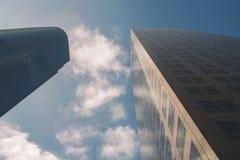 Zwei hohe Unternehmenshimmel-Schaber mit blauem Himmel und Wolken lizenzfreie stockbilder