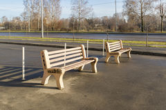 Zwei Holzbanken im Park Lizenzfreie Stockfotografie