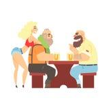 Zwei Holzfäller, die am Tisch mit sexy Kellnerin-Leaning At Ones-Rückseite, -Bierkneipe und -verbrecher schaut Muscly-Männer plau Lizenzfreie Stockfotos