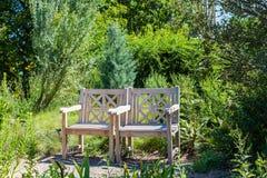 Zwei Holzstühle im grünen Garten Stockfoto