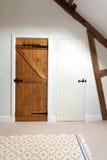 Zwei Holztüren in einem Dachboden Stockfotos