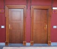 Zwei Holztüren des Hotels Stockbilder
