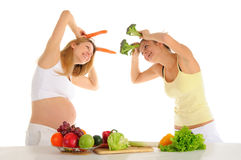 Zwei homosexuelle Freunde mit Obst und Gemüse Stockbild